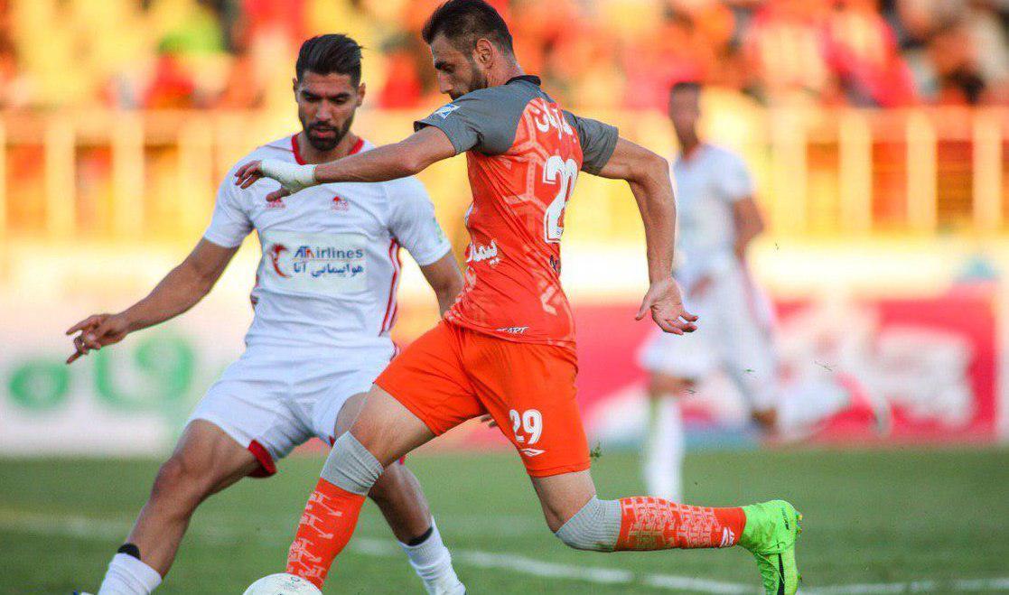 مصطفی دنیزلی که در پست مدافع وسط جایگزین تخصصی برای خانزاده نداشت مجبور به استفاده از یک بازیکن در پست غیرتخصصی اش شد.