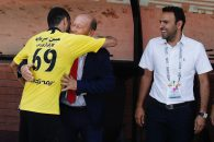 شایان مصلح در ابتدای بازی به سمت نیمکت پرسپولیس رفت و دیدار صمیمانه ای با محسن خلیلی، گابریل کالدرون و دیگر اعضای نیمکت داشت.
