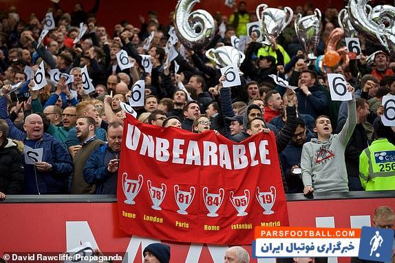 پیش از آغاز بازی هواداران لیورپول حاضر در اولدترافورد با به نمایش درآوردن نشان هایی از ششمین قهرمانی در لیگ قهرمانان با هواداران حریف کری خواندند.