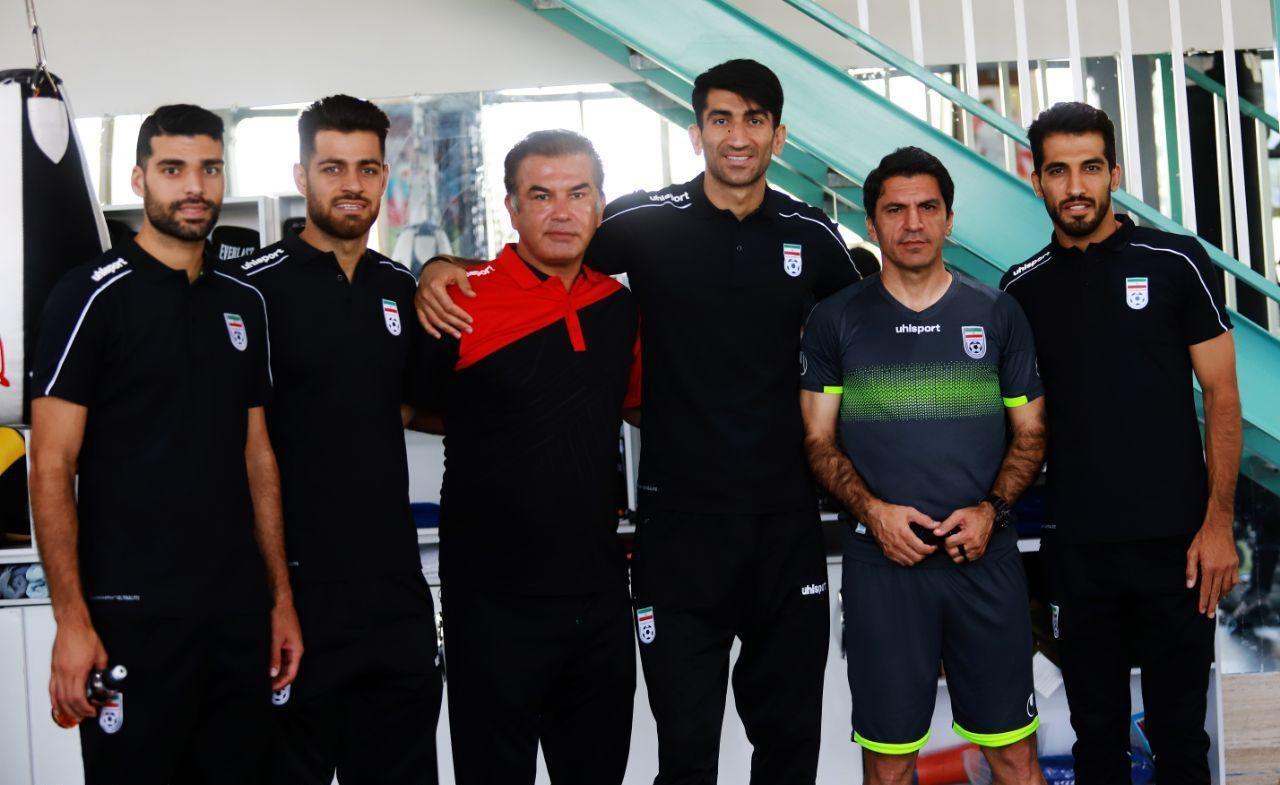 تعدادى از ملى پوشان ازجمله بیرانوند، طارمى، مظاهرى، امیرى و پورعلىگنجى در پایان تمرین تیم ملی امید با اعضاى تیم ملی امید دیدار کردند.