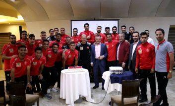 اعضای تیم فوتبال پرسپولیس روز مربی را به گابریل کالدرون و مربیان تیم تبریک گفته و این روز را با گابریل کالدرون جشن گرفتند.