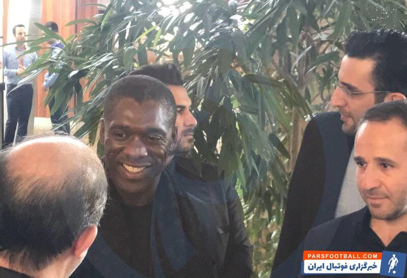 کلارنس سیدورف کاپیتان و مربی سابق تیم آث میلان به دعوت یکی از دوستانش به ایران آمد کلارنس سیدورف با استقبال هواداران میلان در فرودگاه روبرو شد.