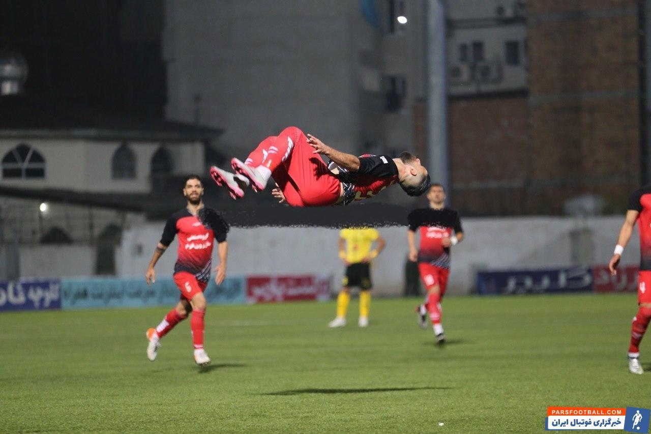 محمد عباس زاده مهاجم محبوب نساجی در دومین بازی حساس تیمش در ورزشگاه وطنی گلزنی کرد هرچند این تیم بازهم رنگ پیروزی را ندید.