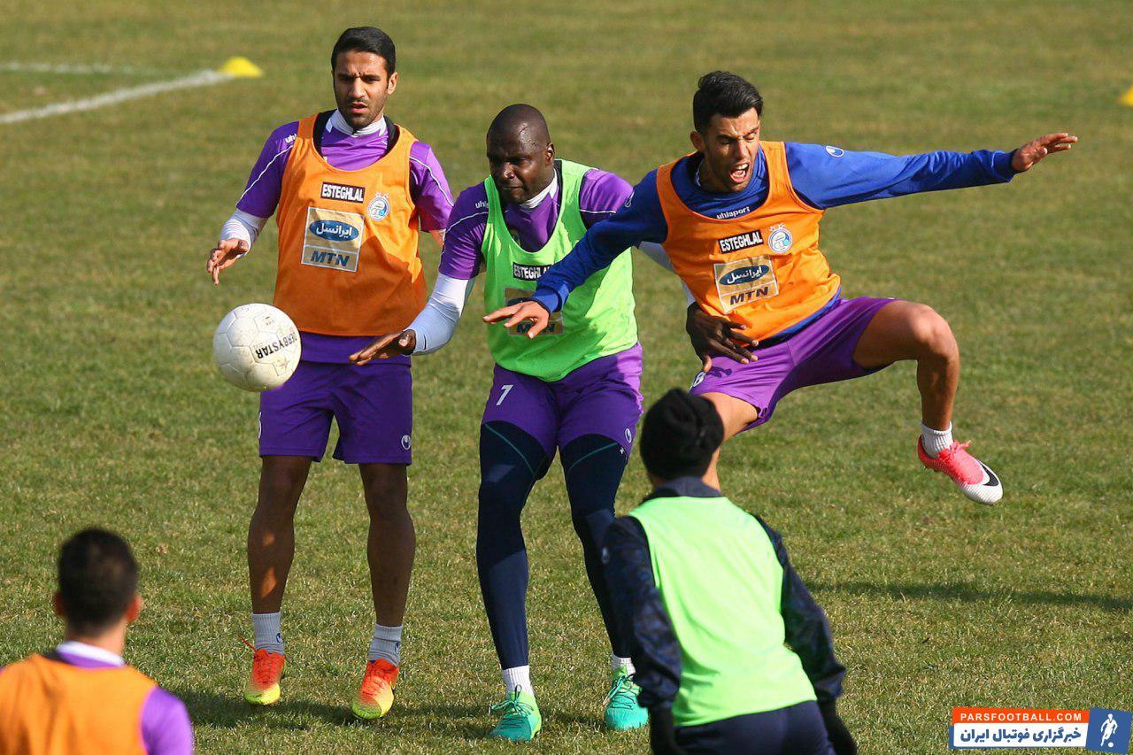 آرش رضاوند بازیکنی است که در ابتدای فصل با استقلال قرارداد امضا کرده است و او در تلاش است تا با جا افتادن در ترکیب این تیم بتواند در بازی های آینده دقایق بیشتری در ترکیب آبی ها بازی کند.