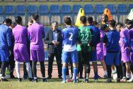 با این حال ستار همدانی روز گذشته در جریان تمرین استقلال بازیکنان را جمع کرد و دقایقی برای آنها صحبت کرد و به آنها روشی که در کارش دارد را توضیح داد.