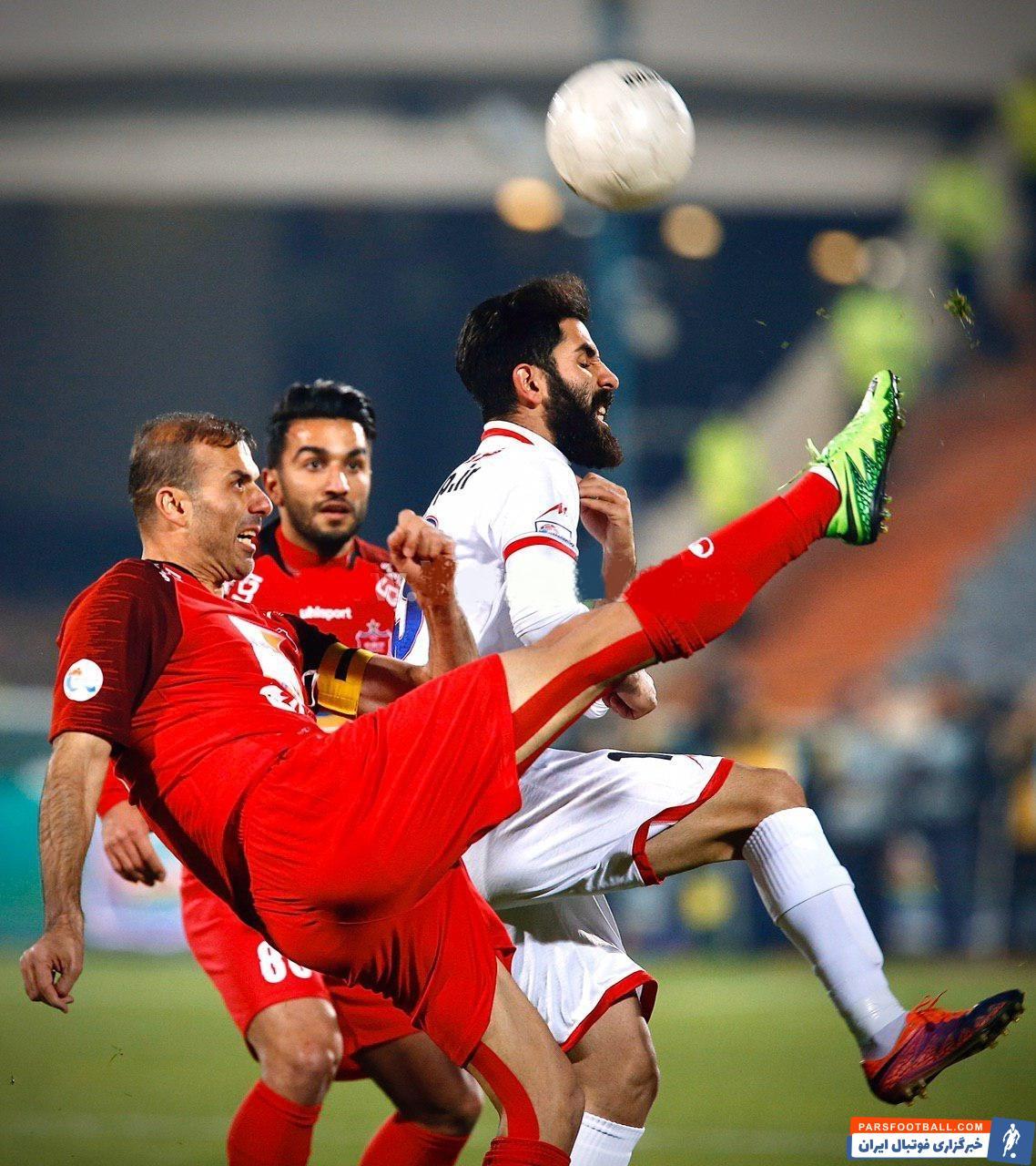 سیدجلال حسینی از وقتی به زمین آمد با هیجان ومدیریت خاصی که درون زمین دارد بازیکنان را به جلو فرا می خواند تا بتواند فشار را از روی خط دفاعی بردارد.