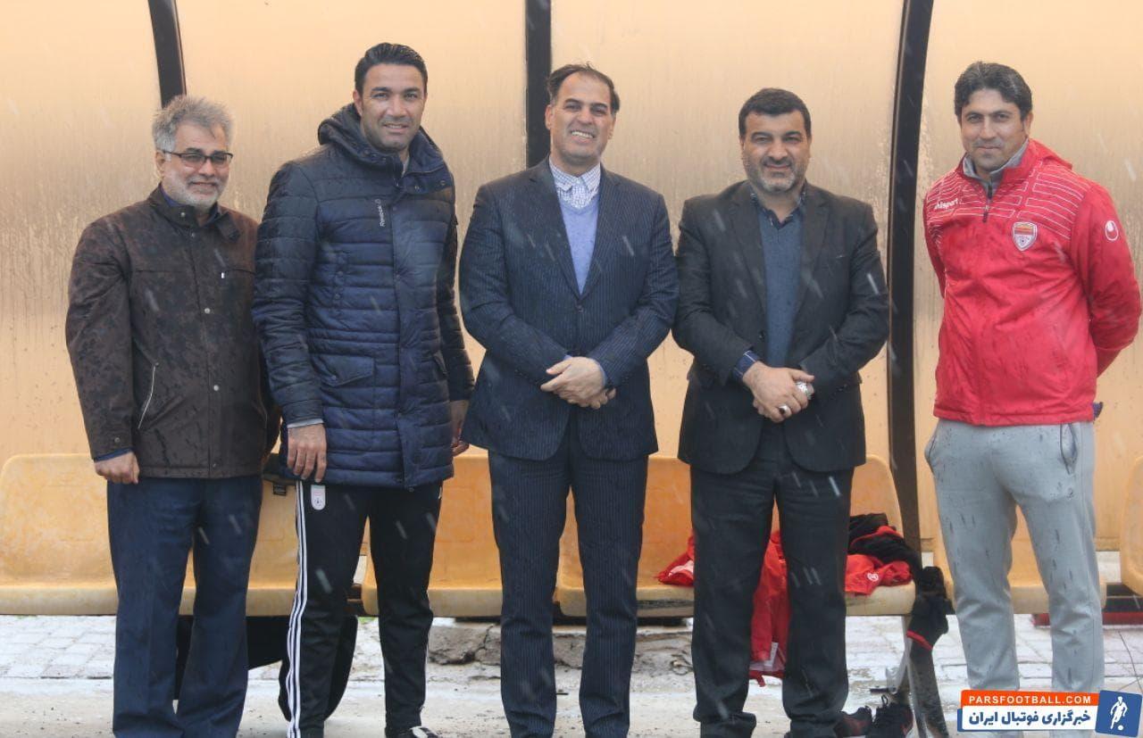 در ابتدای تمرین امروز فولاد خوزستان، مهندس علی محمدی مدیرعامل شرکت فولاد خوزستان به همراه سعید آذری مدیرعامل باشگاه در تمرین حضور یافتند