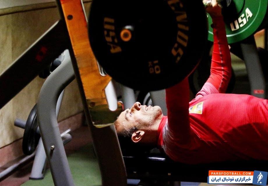 سیدجلال حسینی کاپیتان تیم فوتبال پرسپولیس با انگیزه بالا در سالن بدنسازی حضور یافت سیدجلال حسینی  پا به پای دیگر بازیکنان تمرین کرد.