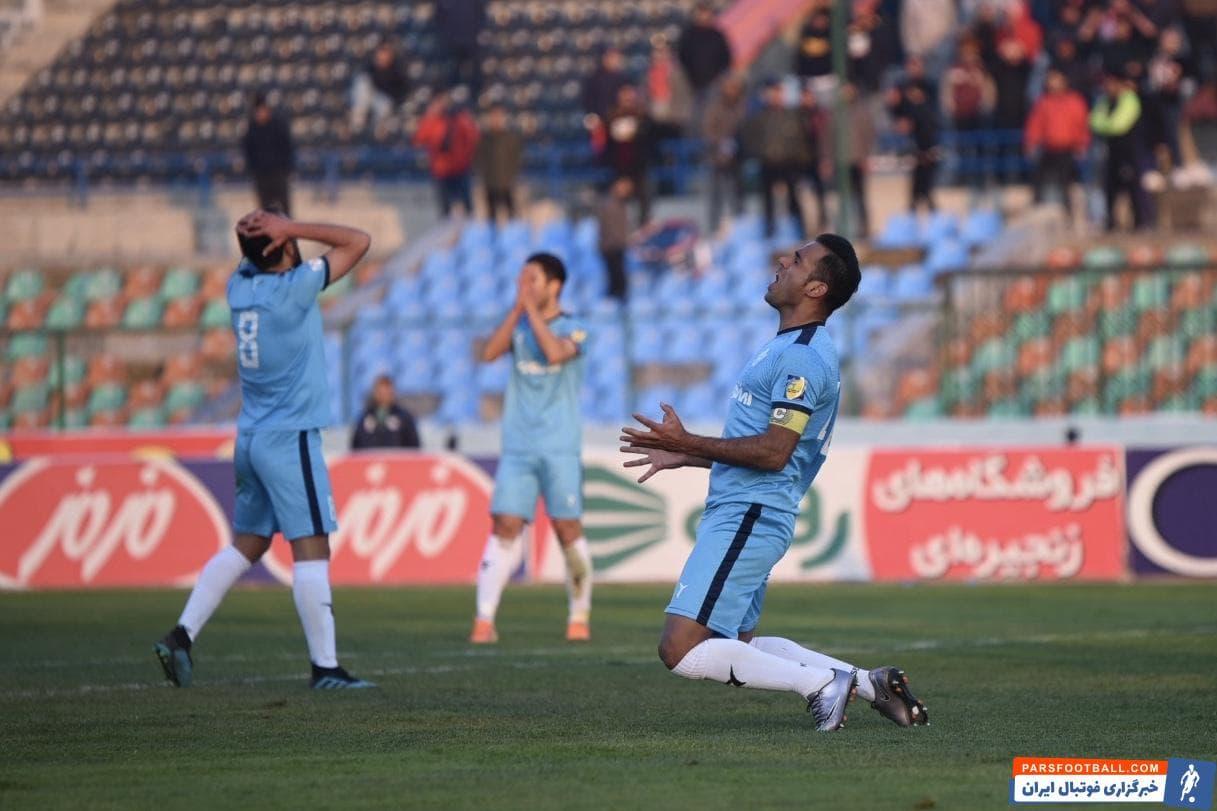 علی حمودی کاپیتان تیم پیکان در نیمه اول نیمکت نشین بود و در نیمه اول دانیال ماهینی بازی کرد اما در نیمه دوم حسین فرکی تصمیم گرفت به علی حمودی بازی دهد.