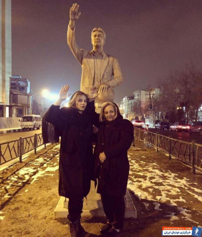 مدتی است که مجسمه مرحوم ناصر حجازی در شهر تهران نصب شده است و همسر و دختر اسطوره استقلال با مجسمه او عکس یادگاری گرفتند..