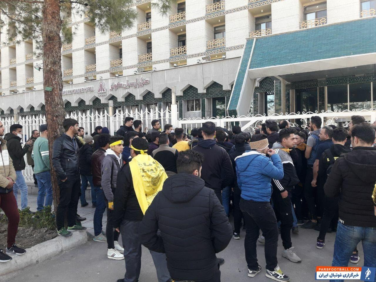 تجمع هواداران  عصبانی سپاهان قبل از بازی با پرسپولیس