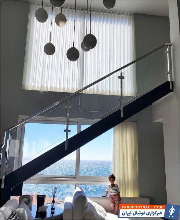 روزنامه سان در گزارشی به بررسی عمارت لوکس کریستیانو رونالدو در مادیرا پرداخته. عمارت هفت طبقهای که کریستیانو این روزها به همراه هسمر و فرزندانش در آن در قرنطینه خانگی به سر میبرد.