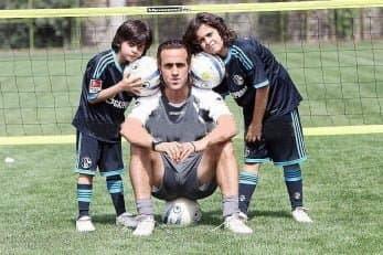 علی کریمی با تکنیک ناب خود سالها جزو جاذبههای فوتبال ایران محسوب میشد و البته پسرانش نتوانستند راه او را ادامه دهند.