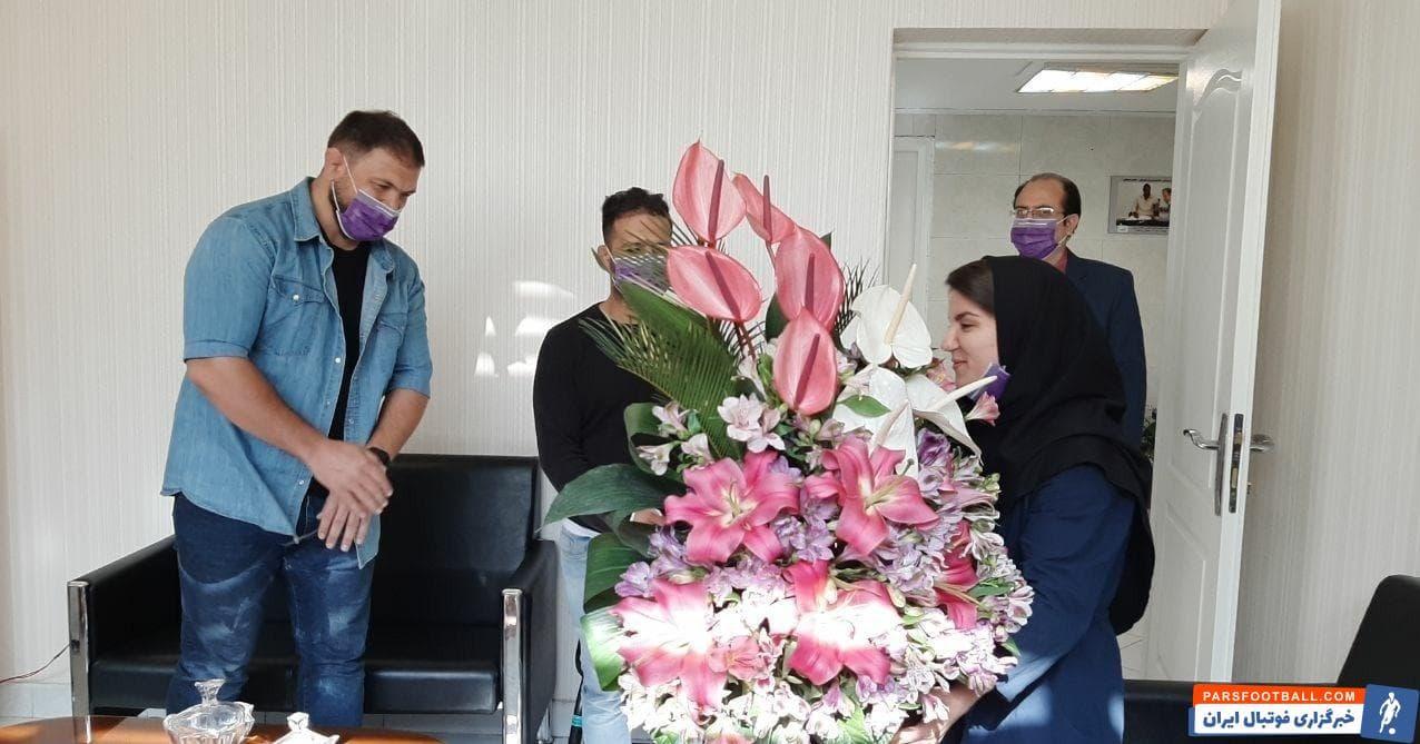 دو کشتیگیر قهرمان جهان از پوپک بسامی بانوی وزنهبردار ایرانی که این روزها بهعنوان پرستار در کنار بیماران کرونایی حضور دارد، تقدیر کردند.