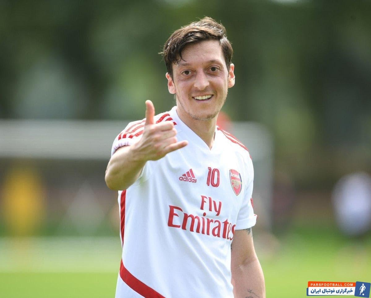 علی رغم شایعاتی که درباره اختلاف مسعود اوزیل و سران باشگاه آرسنال مطرح شده بود اما ستاره آلمانی با چهره خندان و شاداب در تمرینات این تیم حضور یافته است.