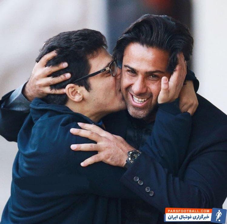 تصویری مشاهده می کنید از لحظات احساسی به آغوش کشیدن فرهاد مجیدی توسط سامان احمدی که توسط ابوالفضل امانالله ثبت شده است.