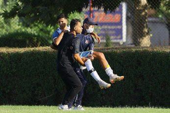 شدت آسیب دیدگی احسان قهاری بازیکن جوان به حدی بود که نتوانست به بازی ادامه دهد و توسط تیم پزشکی به بیرون از زمین منتقل شد.