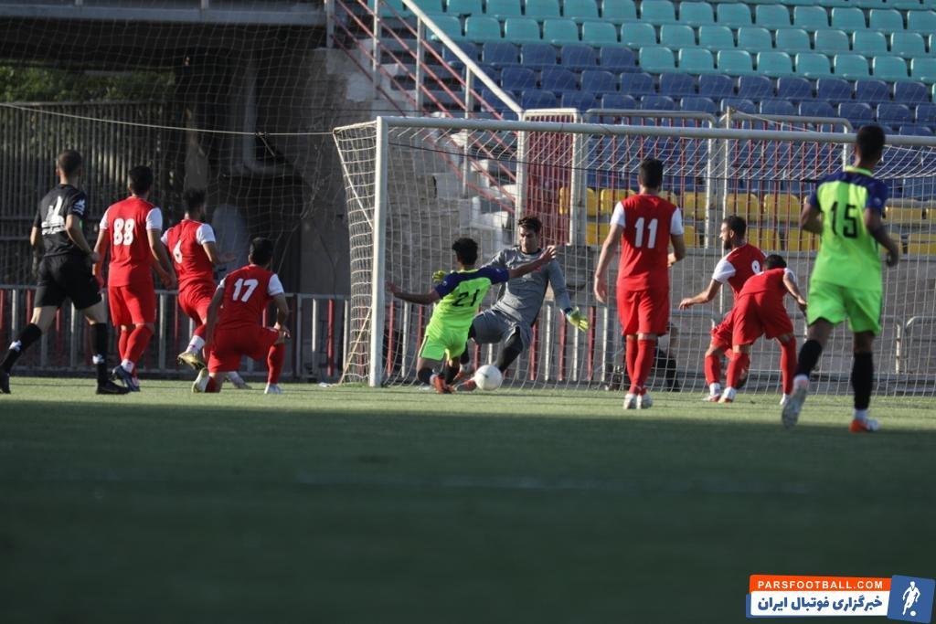 در بازی دوستانه تیمهای پرسپولیس و شهرخودرو خراسان که سرمربی شهرخودرو مشهد تیمش را با ترکیب 3-3-4 به میدان فرستاده بود.