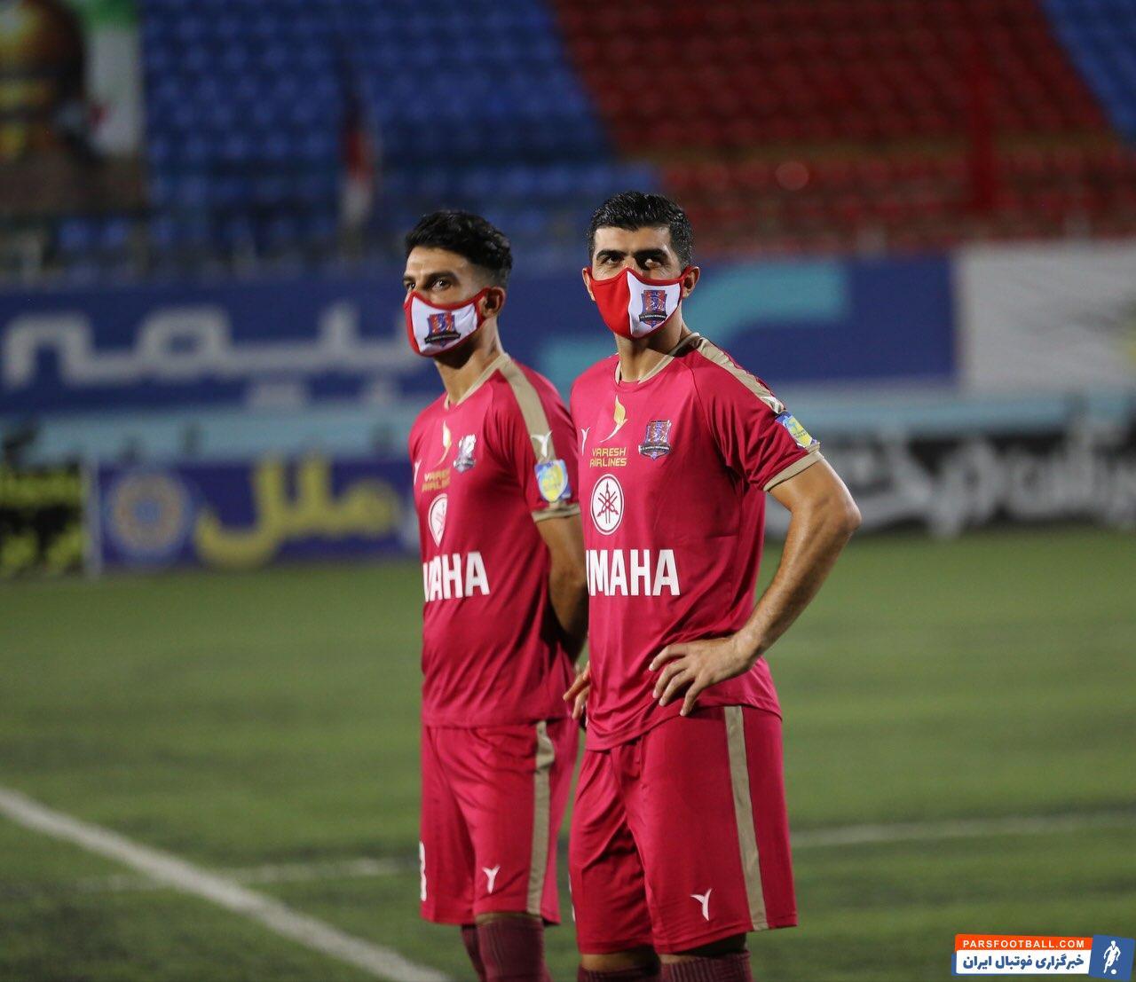 در این بین تنها بازیکنی که به هنگام گرم کردن ماسک زده بود حسین ماهینی بود. مدافع راست نساجی که در بازی های اخیر این تیم نمایش خوبی داشت.