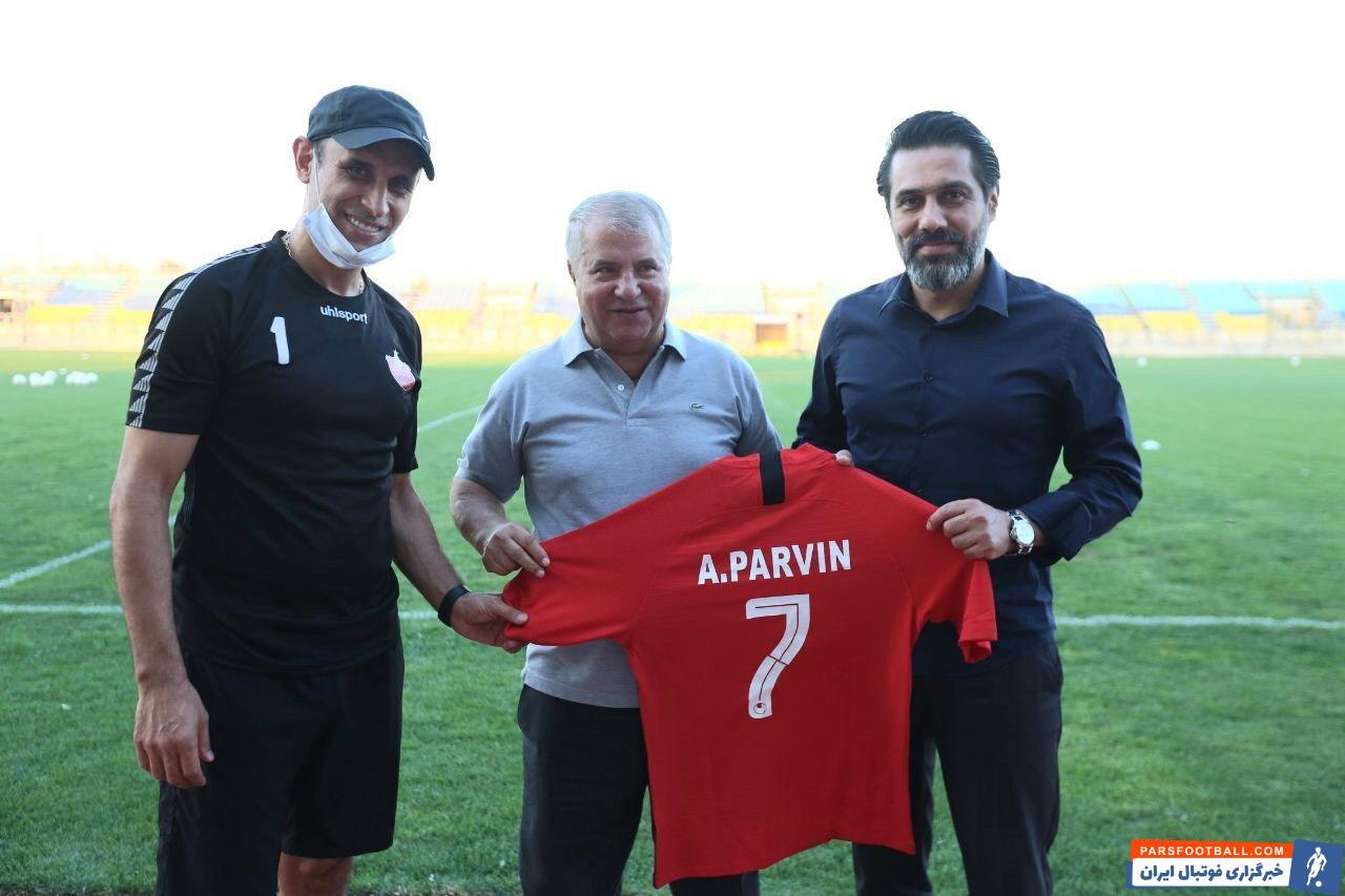 علی پروین میهمان ویژه تمرین پرسپولیس بود که با کادرفنی این تیم و همچنین بازیکنان دیدار کرد و در آستانه بازی با نفت مسجدسلیمان به آن ها روحیه داد.