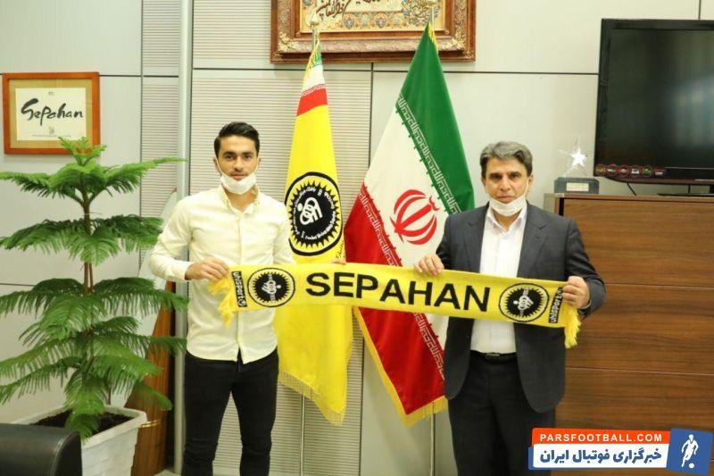 محمد کریمی امروز با حضور در باشگاه سپاهان و دیدار با منوچهرنیکفر رئیس هیات مدیره و سرپرست این باشگاه، قراردادش را به مدت سه فصل دیگر تمدید کرد.