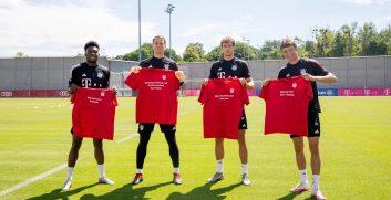 در جدیدترین اقدام بازیکنان بایرن مونیخ در تمرین پیراهنهایی در دست گرفتهاند که پیامهایی برای هواداران روی آنها نوشته، از جمله...