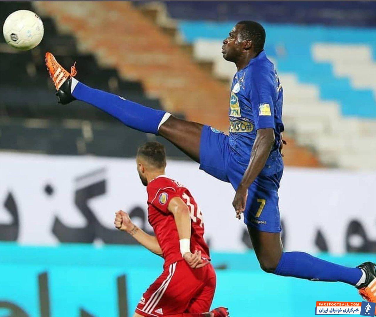 تصویری از شیخ دیاباته مهاجم تنومند استقلال در این بازی شکارشده که او در حال مهار توپ است و اهالی فوتبال را به یاد لوگوی بوندسلیگا میاندازد.