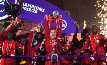 لیورپول پس از ۳۰ سال قهرمان لیگ برتر انگلیس شد و کاپیتان جردن هندرسون جام قهرمانی را بالای سر برد. در ورزشگاه آنفیلد که تماشاگر نداشت