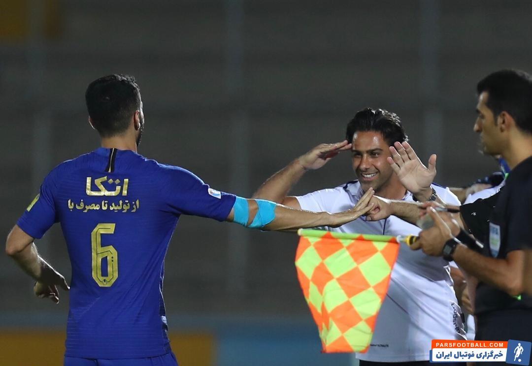وقتی علی کریمی یکی از گلهای تیمش را در این بازی به ثمر رساند، فرهاد مجیدی چنان که در عکس ملاحظه میکنید سراغی از علی کریمی گرفت.