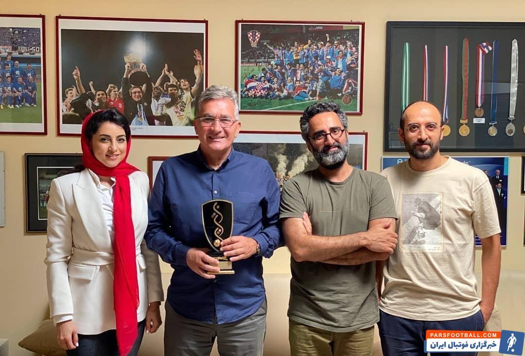 فیلم مستند پوکر (۴×۶) درمورد چهار سال قهرمانی تیم پرسپولیس به کارگردانی محسن خان جهانی مستند ساز سینمای ایران در حال ساخت است.