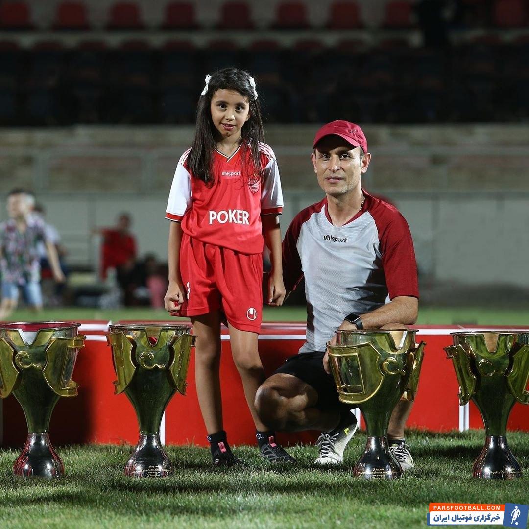 یحیی گل محمدی هم که کمتر با خانواده در شبکه های اجتماعی دیده شده، روز گذشته دختر 7 ساله اش را به تمرین سرخ های پرسپولیس آورد.