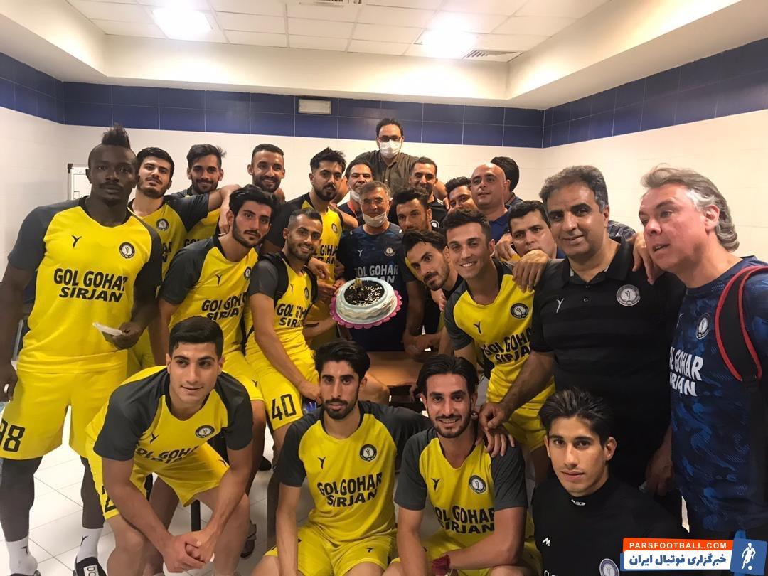 دیدار دو تیم قرار است شنبه شب در سیرجان برگزار شود؛ شب گذشته در اردوی گل گهر، جشن تولد 28 سالگی مهرداد عبدی برگزار شد.