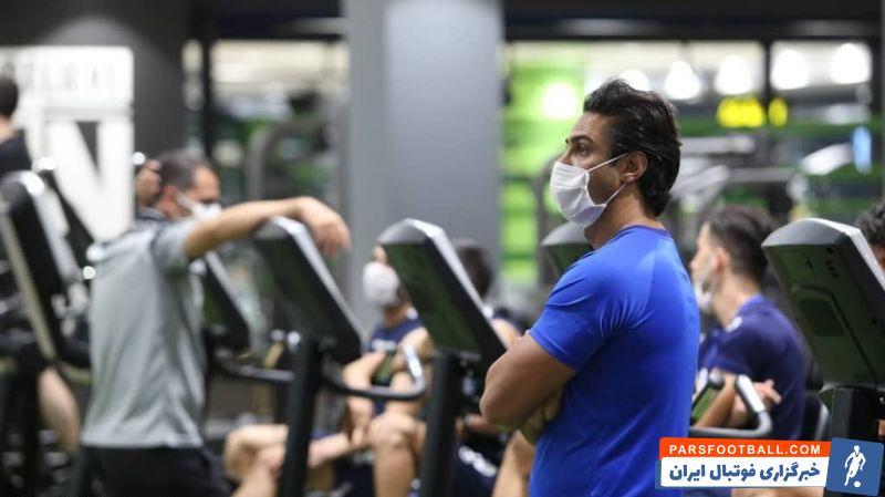 باید دید فرهاد مجیدی در بازی ها پیش روی استقلال هم از ماسک استفاده می کند، یا او فقط قصد دارد در محیط های سر بسته هموچون سالن وزنه از ماسک استفاده کند.
