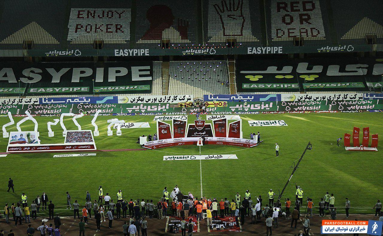اعضای پرسپولیس دستههای گلی در دست داشتند و با آن روی سکوی قهرمانی رفتند. سپس مسعود سلطانیفر، حیدر بهاروند و رسولپناه روی سکو حاضر شدند.