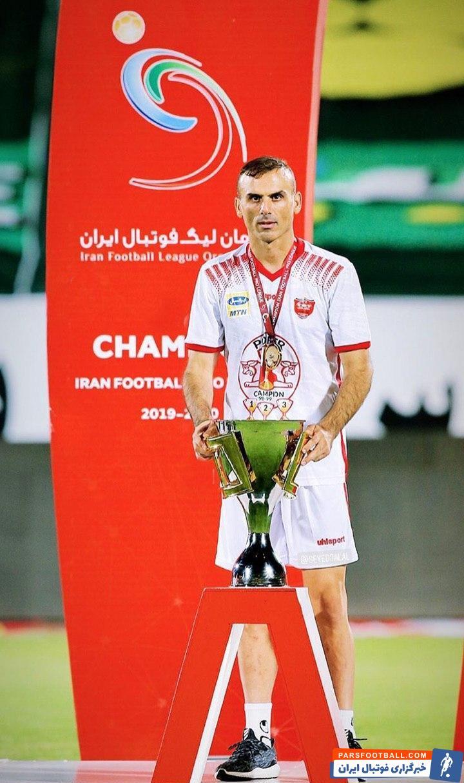 سیدجلال حسینی پرافتخارترین بازیکن لیگ محسوب می شود. او ۴ قهرمانی با پرسپولیس، ۳ قهرمانی با سپاهان و یک قهرمانی با سایپا کسب کرده است.