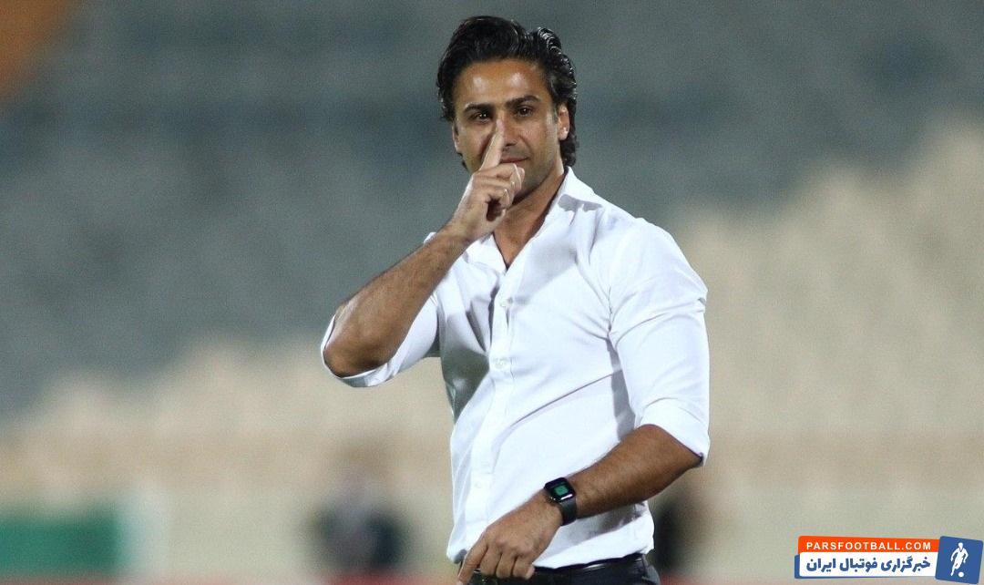 فرهاد مجیدی مجیدی در لیگ برتر که سپاهان را برد، در پایان بازی هیس نشان داد. امشب هم فرهاد بعد از پیروزی تیمش رو به زمین (نه نیمکت سپاهان) هیس نشان داد.