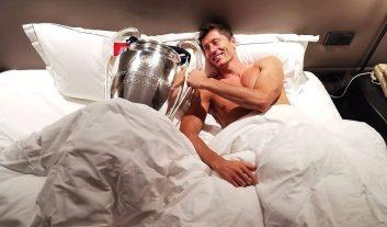 روبرت لواندوفسکی ستاره بایرنمونیخ هم آنقدر از کسب جام قهرمانی در لیگ قهرمانان اروپا ذوقزده بود که آن را با خودش به تختخواب برد.