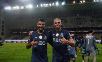 مهدی طارمی که در دیدار پورتو و بواویشتا دقایقی برای تیمش به میدان رفت، در پایان این بازی عکسی به یادگار با پهپه گرفت.