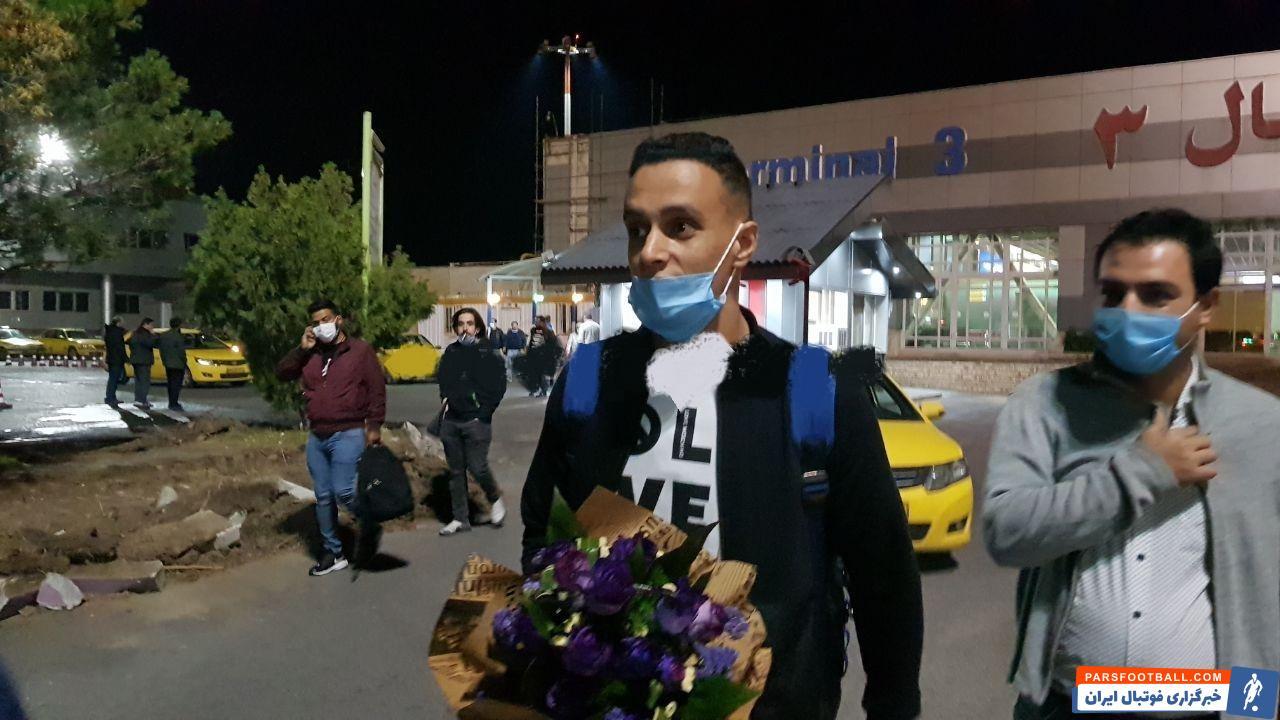 حمزاوی عکاشه ستاره خط حمله تیم تراکتور که به دلیل کرونا چند ماه نتوانسته بود به تبریز بیاید، دیشب به این شهر رسید.