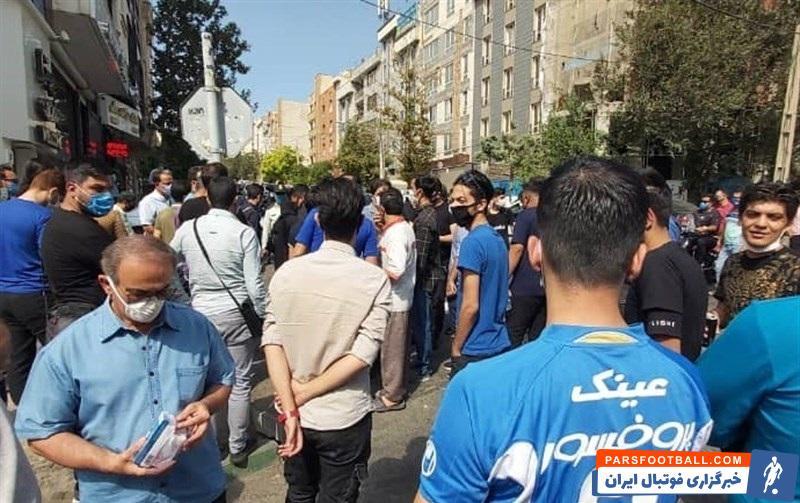 هواداران تیم فوتبال استقلال به نشانه اعتراض به وضعیت تیمشان و بلاتکلیفی مدیرعامل و سرمربی این تیم مقابل باشگاه تجمع کردند.