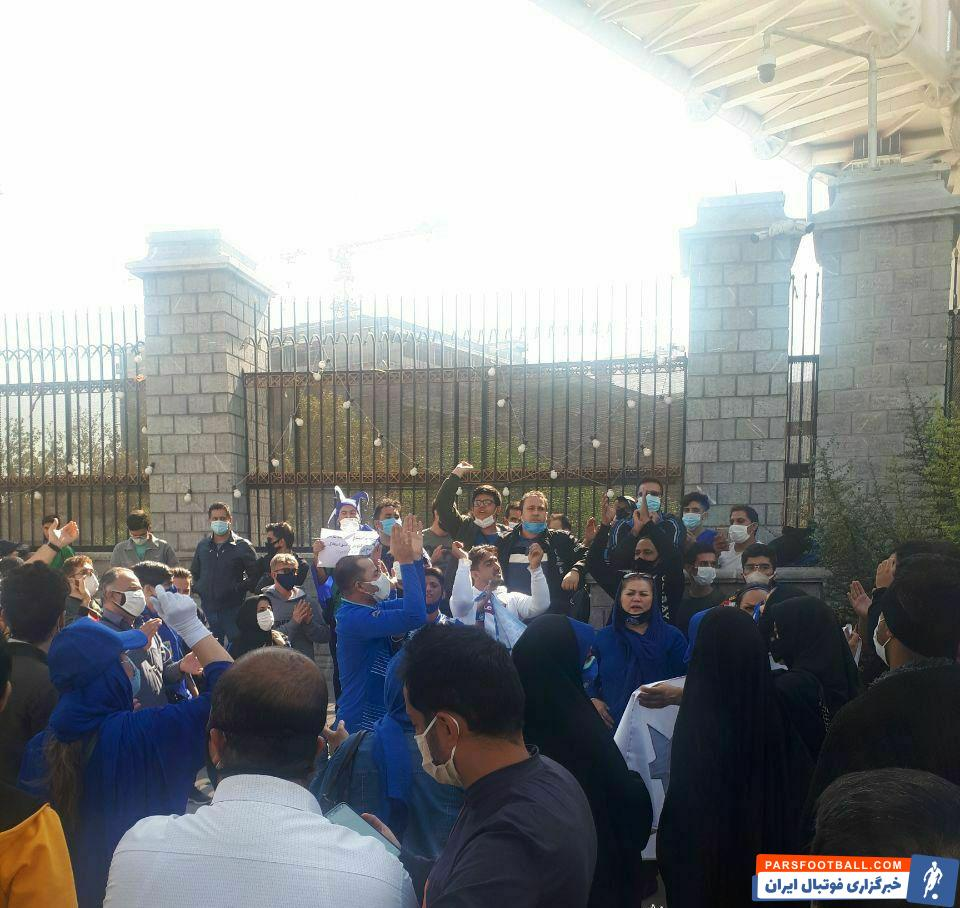 تعدادی از طرفداران استقلال بار دیگر با تجمع مقابل ساختمان وزارت ورزش، دست به اعتراض نسبت به شرایط مدیریتی در باشگاه محبوب خود زدند.