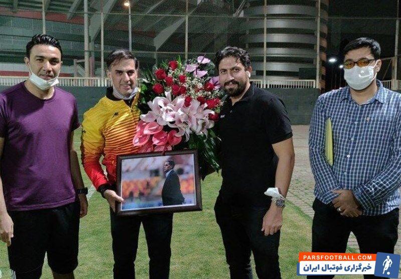 اعضای تیم فولاد خوزستان با اهدای دسته گل و قاب عکس از زحمات سعید آذری مدیرعامل خود تقدیر و در برابر حواشی اخیر حمایت کردند.