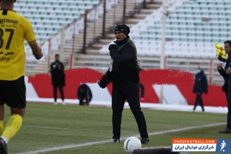 علیرضا منصوریان در گروه مربیانی قرار دارد که همواره با بروز احساسات خود در کنار زمین، از نظر انگیزشی، تاثیر زیادی روی بازیکنان خود می گذارد.