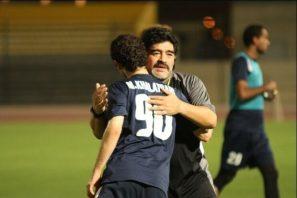 محمدرضا خلعتبری که در تیم الوصل ، شاگرد دیگو مارادونا بوده است درباره او گفت : در آن فصلی که شاگرد ایشان بودم خیلی چیزها از او یاد گرفتم. برای او منی که از ایران رفته بودم با بازیکنی از امارات هیچ فرقی نمیکرد و به همه احترام میگذاشت.
