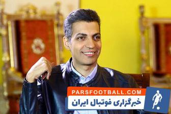 در زمان هایی که در ورزشگاه ها هنوز باکس گزارشگری ایجاد نشده بود ، گزارشگران از وسایلی مانند پتو برای گرم کردن خود استفاده می کردند . عکسی از همین حالت از عادل فردوسی پور را در این خبر می بینید.
