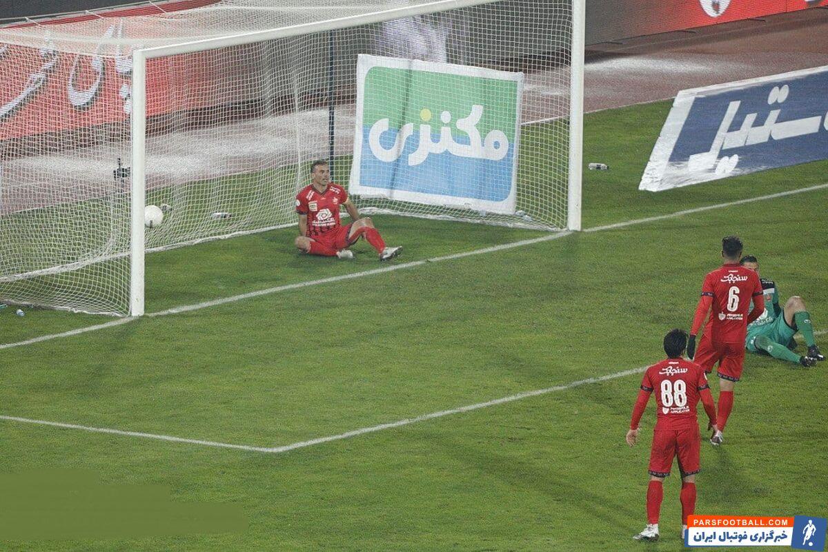 سیدجلال حسینی با عصبانیت و خشم بر سر بازیکنان فریاد کشید:«حواس شما کجا بود؟ چرا بازی را ول کردید؟ نتوانستید ۳ دقیقه بازی را نگه دارید و...؟»