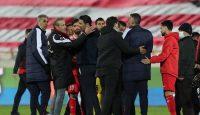 مهدی هاشمینسب ، یاغی اسبق در روز بازگشت به استادیوم آزادی این بار به عنوان مربی رقیب پرسپولیس هم جنجالی و شکار دوربینها شد.