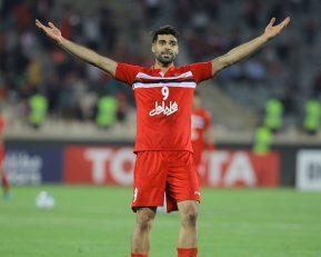در یکی از بازی های پرسپولیس و فولاد خوزستان در تاریخ لیگ برتر، مهدی طارمی یک ضربه قیچی برگردان عالی را زد که توم به تیرک دروازه برخورد کرد.
