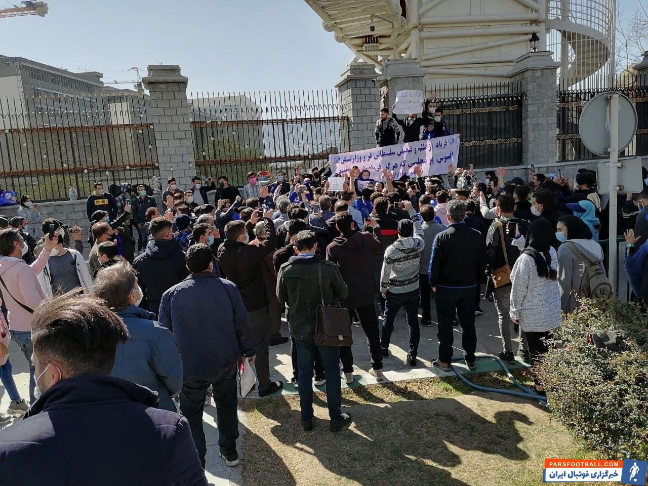 طرفداران استقلال با بی توجهی به بیانیه باشگاه، امروز صبح مقابل مجلس شورای اسلامی تجمع و نسبت به عملکرد مدیران این باشگاه به شدت معترض بودند.