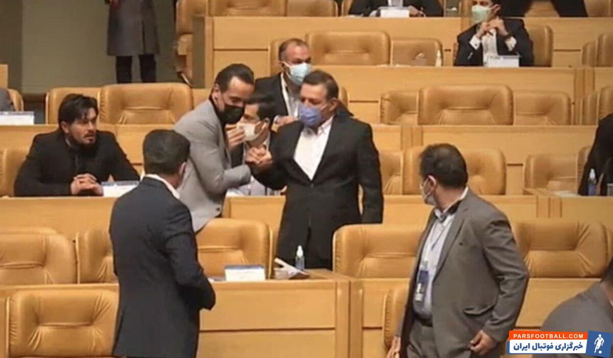 این هم تصویر علی کریمی پس از اعلام آرای نهایی انتخابات است. او با بی میلی با کیومرث هاشمی، عزیزی خادم و آجورلو دست داد.